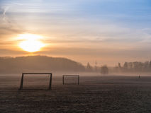 Passo nevoento bonito do futebol fotos de stock royalty free