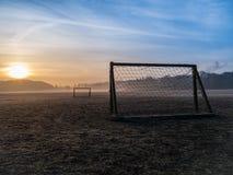 Passo nevoento bonito do futebol imagens de stock