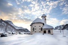 Passo San Pellegrino Kleine Kirche aufgestellt in den Dolomit, bei Passo San Pellegrino Skiort, Skisteigung Gebirgsalpen moe Stockfotos