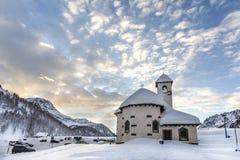 Passo San Pellegrino Poca chiesa situata nelle dolomia, a Passo San Pellegrino Stazione sciistica, pendio dello sci Alpi delle mo Fotografia Stock
