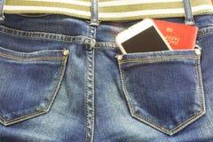 Passort και κινητός στο ταξίδι μέσων τσεπών τζιν παντελόνι Στοκ φωτογραφίες με δικαίωμα ελεύθερης χρήσης