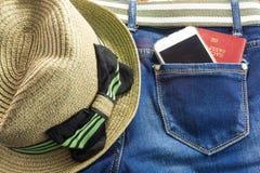 Passort y el móvil en bolsillo de los tejanos significa viaje Fotos de archivo libres de regalías