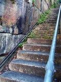 Passos concretos velhos com a parede natural do arenito Fotografia de Stock Royalty Free