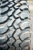 Passos de borracha pesados fora em um pneu da estrada Fotografia de Stock