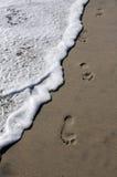 Passos na praia imagens de stock