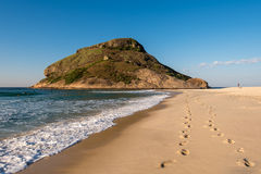 Passos na praia fotografia de stock royalty free
