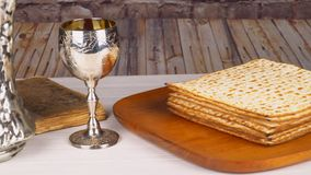 Passover do matzo de Pesach com pão judaico do passover do vinho e do matzoh vídeos de arquivo