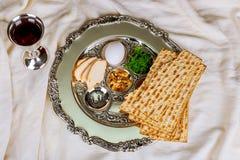 Passover tło z wino butelką, matzoh, jajkiem i seder talerzem, obraz royalty free