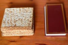 passover Tradycyjny seder stół ustawia dla Żydowskiej Świątecznej posiłku Passover i matzah hagady obraz stock