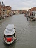 Passsenger färja som svävar vid den storslagna kanalen i Venedig Arkivfoto