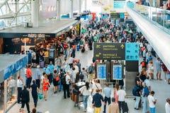 Passsengers bij vertrekzaal van de internationale luchthaven van Lissabon, grootst in het land stock foto