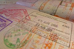 Passsida med stämplar för Singapore invandringkontroll Arkivfoto