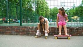 Passtime activo de dos muchachas en parque almacen de metraje de vídeo