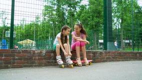 Passtime activo de dos muchachas en parque almacen de video