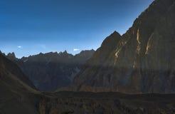 Passu大教堂在喀喇昆仑山脉范围的山峰在日落 库存图片
