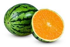 Pastèque coupée en tranches juteuse entière fraîche qui a assaisonné l'orange D'isolement sur le fond blanc Image stock