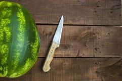 Pastèque en été, pastèque entière et photo de couteau Photographie stock