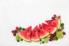 Pastèque et fruits frais sur le fond blanc Photographie stock libre de droits