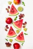 Pastèque et fruits frais sur le fond blanc Modèle des tranches de pastèque Photo stock