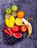 Pastèque orange verte rouge Apple Kiwi Grapes Orange Mango Pine Apple Pomegra de fruits tropicaux de jus de bouteilles fraîches d Photo libre de droits
