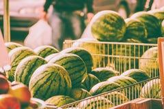 Pastèques sur un marché image stock
