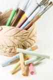 Pastéis brilhantes e marcadores coloridos isolados no fundo branco Fotos de Stock