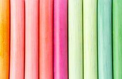 Pastéis coloridos, cor pastel listras, linhas, delicadas Verde, amarelo, cor-de-rosa, roxo, azul Quadro-negro pintado do branco d imagens de stock