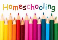 Pastéis do lápis com texto Homeschooling fotos de stock