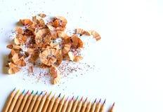 Pastéis e aparas coloridos do lápis no fundo branco Fotos de Stock