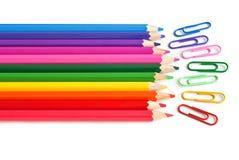 Pastéis e grampos de papel coloridos, artigos de papelaria do escritório Imagem de Stock