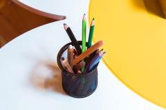 Pastéis em uma bacia Colora os lápis para o desenho, situados em um apoio como um vaso Penas coloridos Imagens de Stock Royalty Free