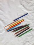 pastéis lápis coloridos no fundo branco Imagem de Stock Royalty Free