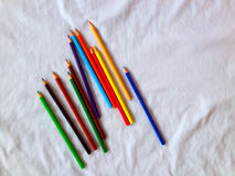 pastéis lápis coloridos no fundo branco Fotografia de Stock Royalty Free