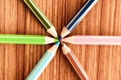 Pastéis que apontam para centrar-se Reunião central do poder da imagem simbólica em um ponto Close-up de uma seleção de mult imagem de stock royalty free
