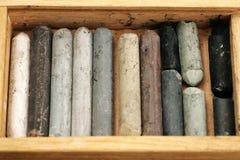Pastéis usados velhos na caixa de madeira Imagens de Stock Royalty Free