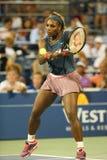 Past de Grote de Slagkampioen Serena Williams van GSixteentijden tijdens eerste ronde dubbelen met teammate Venus Williams aan bi Stock Foto's