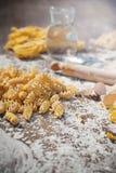 Pastaägg i mjöl och en kavel på en wood tabell Royaltyfria Foton