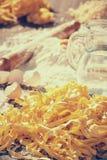 Pastaägg i mjöl och en kavel på en wood tabell Fotografering för Bildbyråer