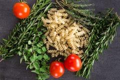 Pastaörter och tomater Arkivbild