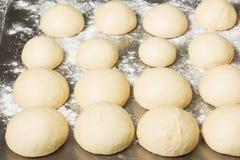 Pasta acabada en la panadería, en la tabla de acero Proceso de trabajo Fotos de archivo
