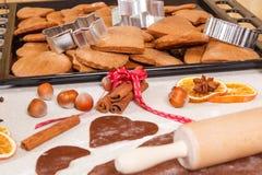 Pasta, accesorios para el pan de jengibre que cuece y galletas cocidas frescas de la Navidad Imagen de archivo