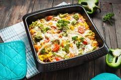 Pasta al forno con i broccoli e la salsa al pomodoro kitsch su fondo di legno Immagine Stock Libera da Diritti