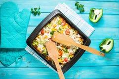 Pasta al forno con i broccoli e la salsa al pomodoro kitsch su fondo di legno blu Immagini Stock Libere da Diritti
