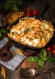 Pasta al forno con il sauc dei broccoli, del cavolfiore, del formaggio e del bechamel Fotografia Stock
