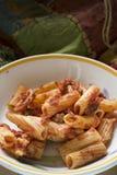 Pasta al forno con la mozzarella e gli ingredienti vari immagini stock libere da diritti