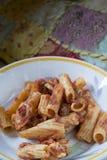 Pasta al forno con la mozzarella e gli ingredienti vari fotografia stock