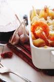 Pasta al forno di Conchiglioni con gli srimps, il formaggio e la salsa crema fotografia stock