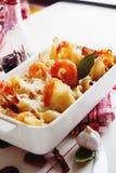 Pasta al forno di Conchiglioni con gli srimps, il formaggio e la salsa crema fotografia stock libera da diritti