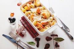 Pasta al forno di Conchiglioni con gli srimps, il formaggio e la salsa crema immagine stock