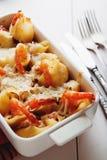 Pasta al forno di Conchiglioni con gli srimps, il formaggio e la salsa crema immagini stock